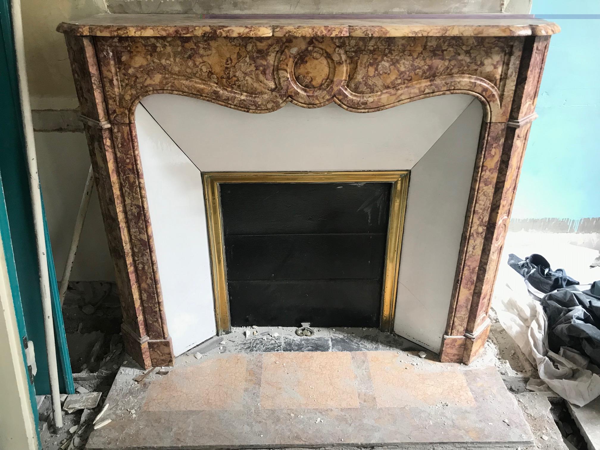 jolie chemin e ancienne de style louis xv dite pompadour en marbre brocatelle jaune datant de la